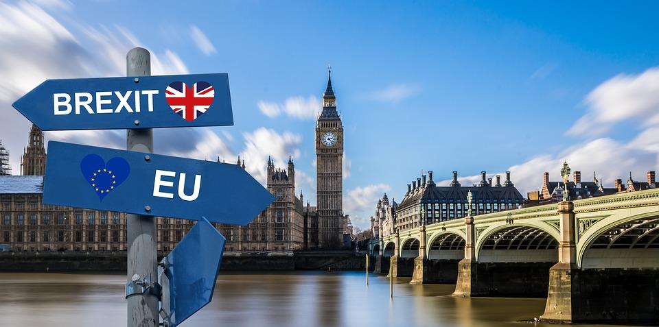 Harter Brexit: Briten drohen knapp 14 Mrd. EUR Exportverluste & teure Regenschirme